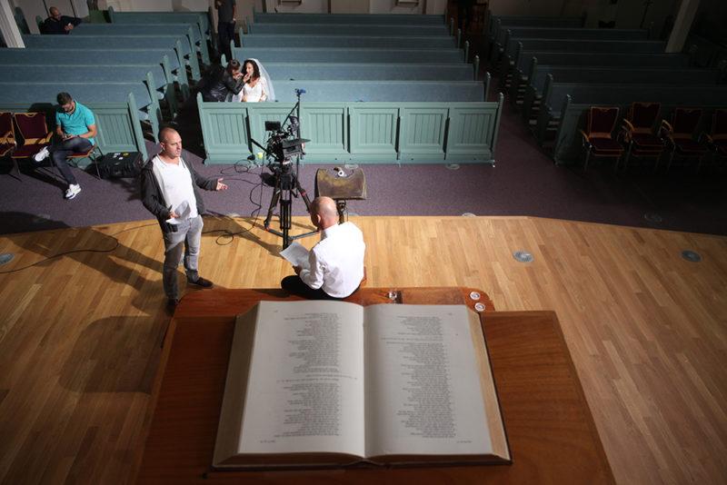 Regisseur Jan Hendrik is een korte film aan het regisseren. Hij geeft zijn acteur een laatste regieaanwijzing.