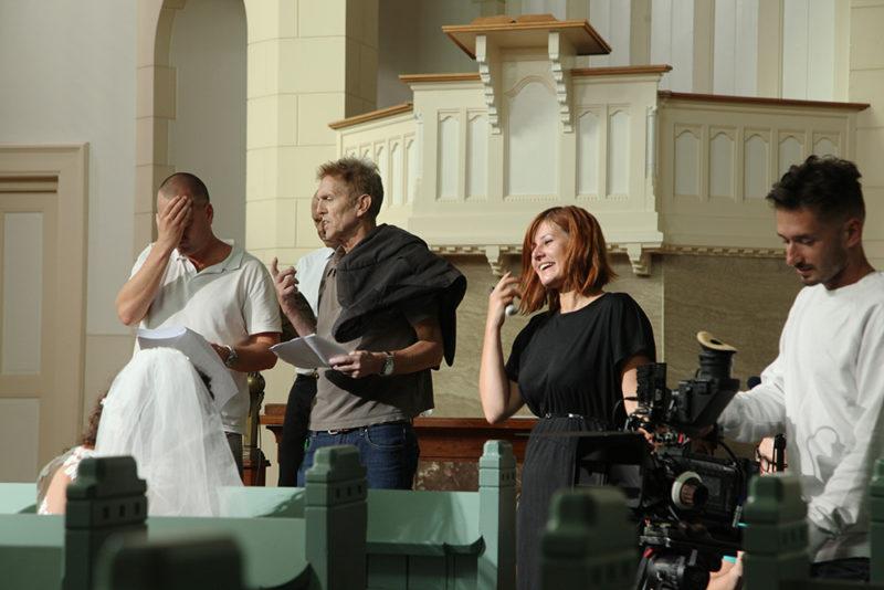 Regisseur Jan Hendrik is een korte film aan het regisseren. De scene mislukte en moest afgebroken worden.
