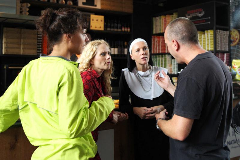 Regisseur Jan Hendrik spreek zijn actrices toe
