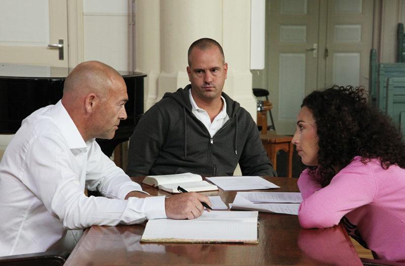 """Regisseur Jan Hendrik is een korte film aan het regisseren. Hij is aan met zijn acteurs """"script rehearsals"""" aan het doen."""
