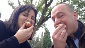 Jan Hendrik eet Pastel de Nata, uit Belém, Portugal.
