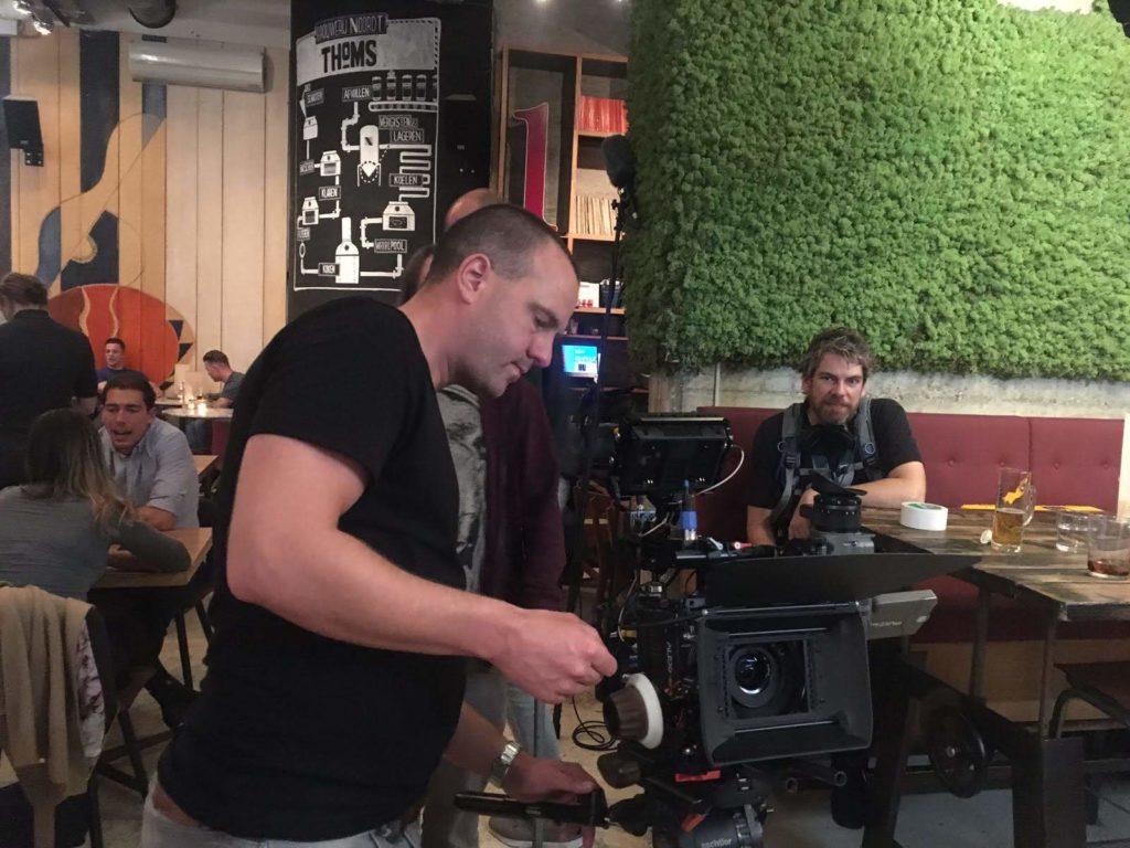 """Regisseur Jan Hendrik is een commercial aan het regisseren. Hij is aan het """"focus pullen""""."""