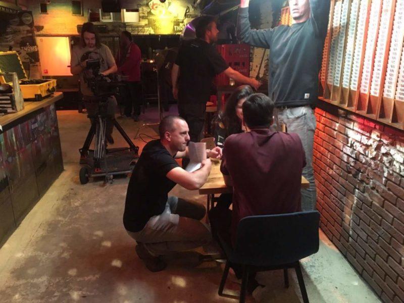 Regisseur Jan Hendrik is een commercial aan het regisseren. Hij geeft een laatste regieaanwijzing aan zijn acteurs.