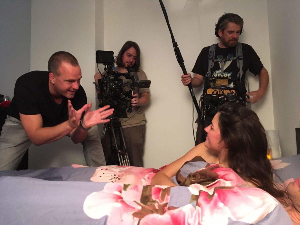 Regisseur Jan Hendrik is een commercial aan het regisseren. Hij spreekt gepassioneerd zijn cast toe.