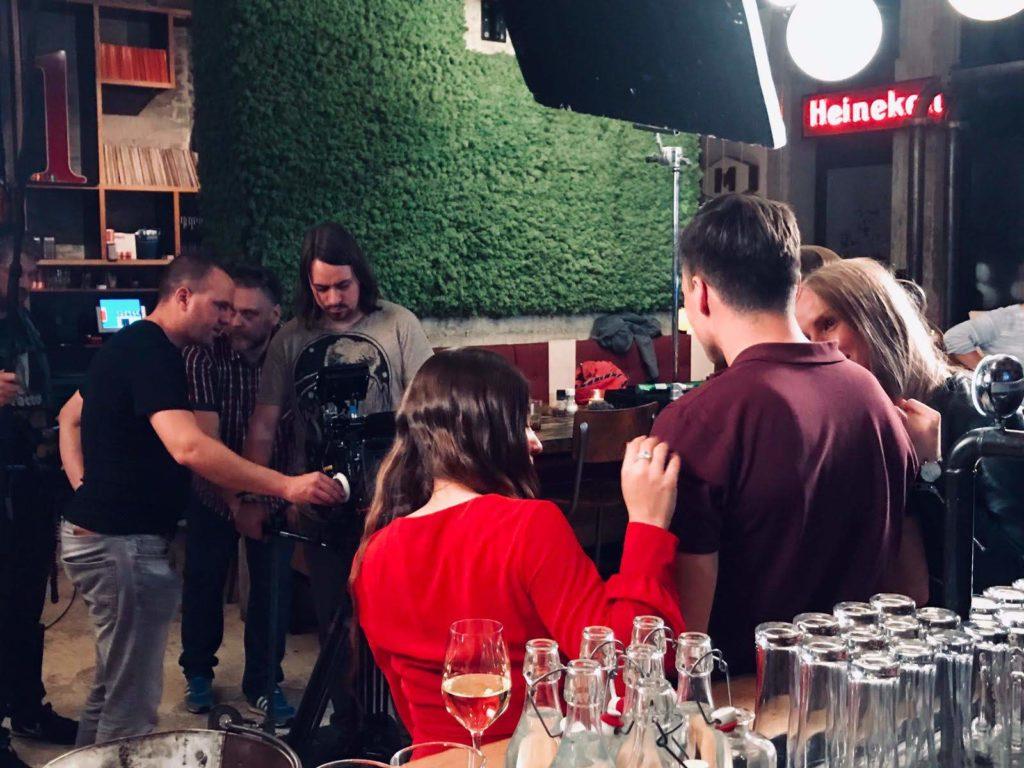 Regisseur Jan Hendrik is een commercial aan het regisseren. Hij overlegd met de Director of Photography Ralph Lindsen en de rest van zijn crew.