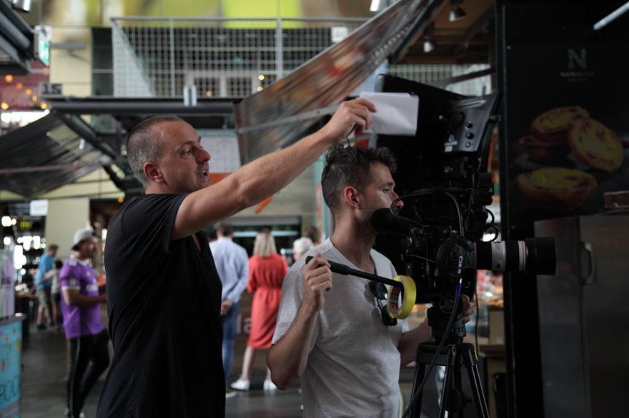 Regisseur Jan Hendrik is een commercial aan het regisseren. Hij geeft een laatste regieaanwijzing.