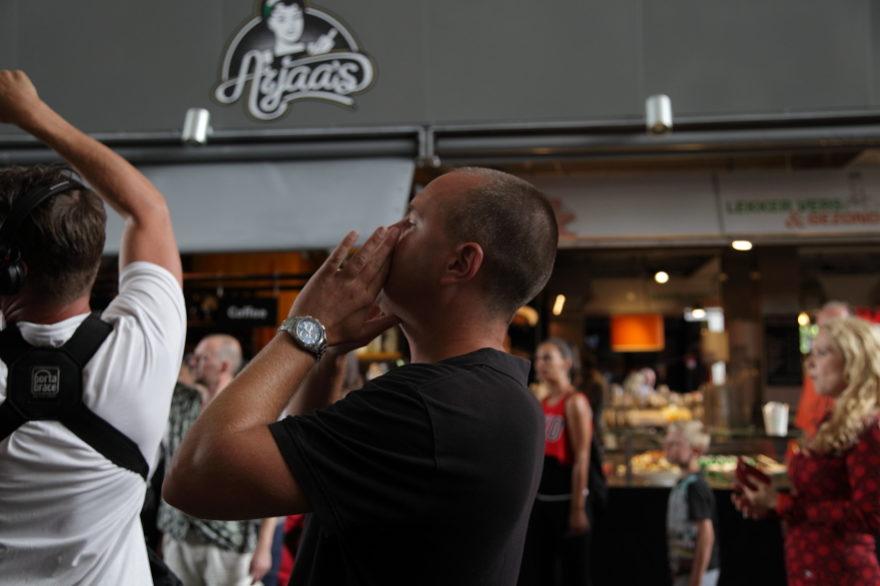 Regisseur Jan Hendrik is een commercial aan het regisseren. Hij schreeuwt actie.