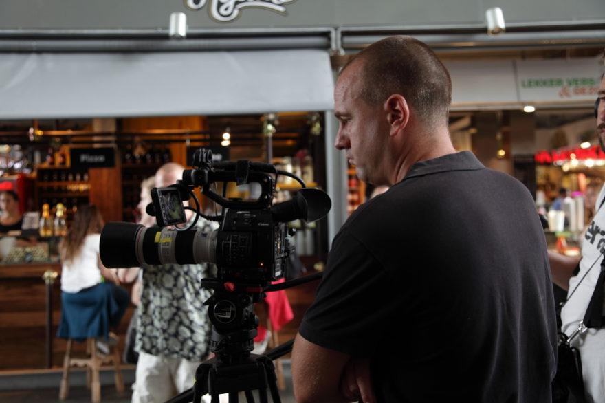 Regisseur Jan Hendrik is een commercial aan het regisseren. Hij kijkt op de viewvinder van zijn Canon C300.