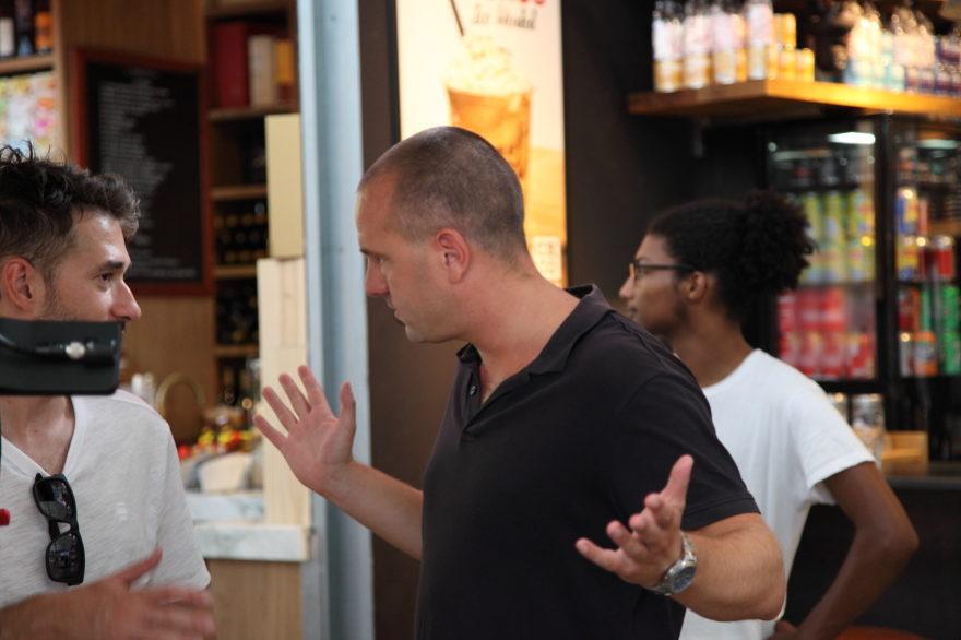 Regisseur Jan Hendrik is een commercial aan het regisseren. Hij overlegd met de Director of Photography Artyom Zakharenko.