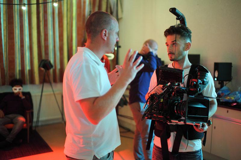 Regisseur Jan Hendrik is een korte film aan het regisseren. Hij overlegd met de Director of Photography Artyom Zakharenko.