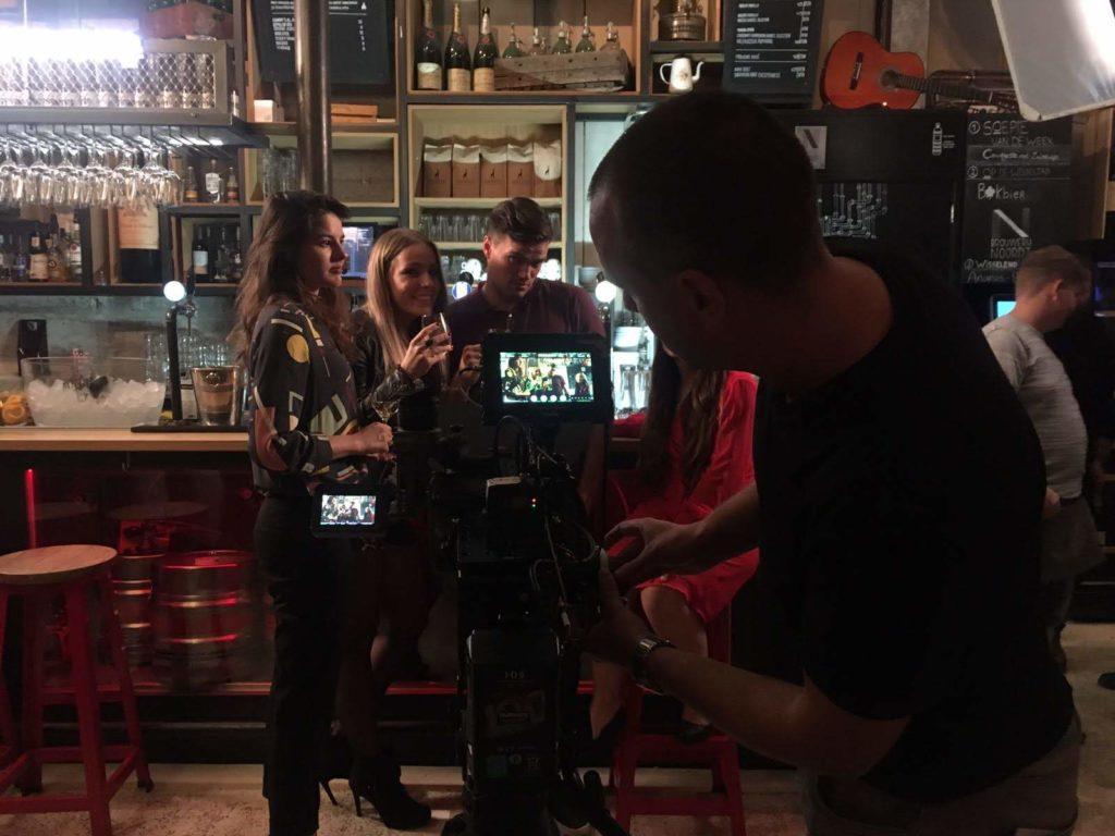 """Regisseur Jan Hendrik is een commercial aan het regisseren. Hij is aan het """"focus pullen"""" terwijl de dolly vooruit rolt."""
