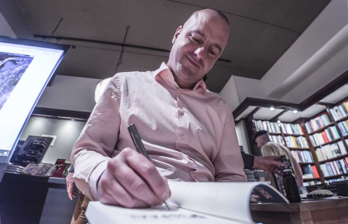 Jan Hendrik Heslinga signeert zijn debuutroman Pispaal bij boekhandel Riemer