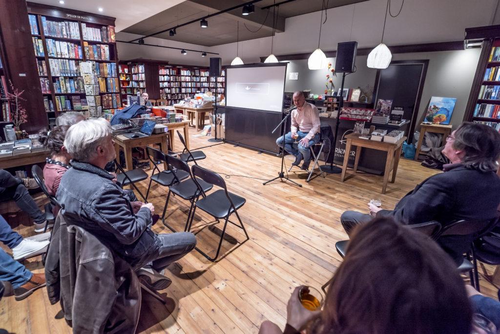 Jan Hendrik Heslinga presenteert zijn debuutroman bij boekhandel Riemer