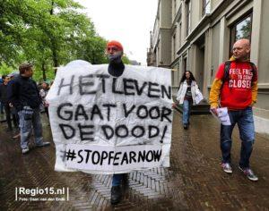 Jan Hendrik demonstreert nabij het Binnenhof van Den Haag t.a.v. de corona lock-down