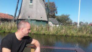 Jan Hendrik vaart op een bootje.