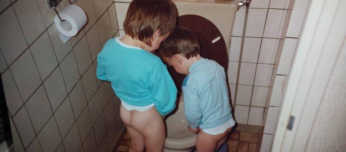 Jantje piest samen met zijn broertje in de pot.