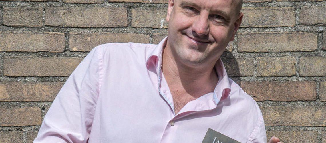 Jan Hendrik Heslinga houdt trots zijn debuutroman Pispaal vast