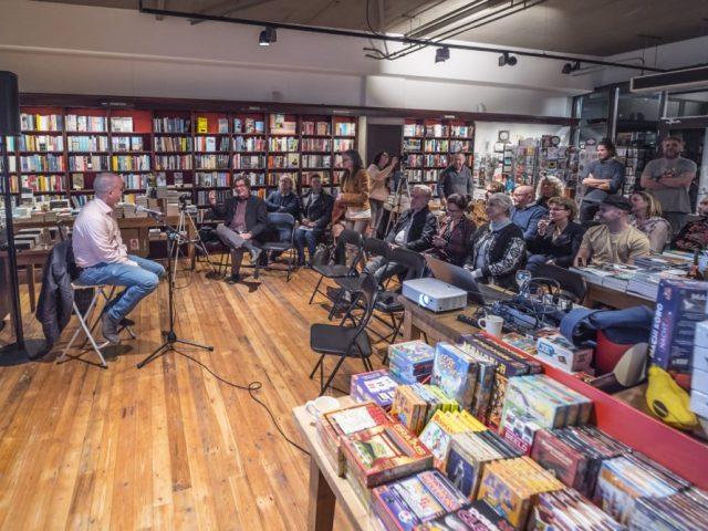 Jan Hendrik Heslinga spreekt, tijdens de boeklancering van zijn debuutroman Pispaal