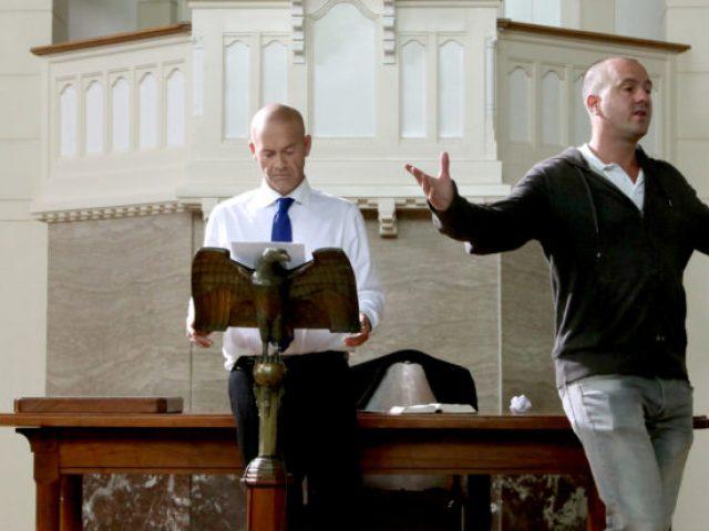 Storyteller Jan Hendrik is gepassioneerd zijn korte film aan het regisseren.
