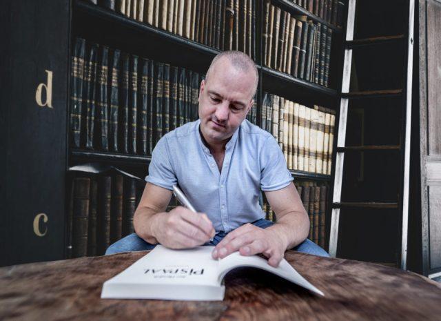 Jan Hendrik Heslinga signeert zijn boek Pispaal